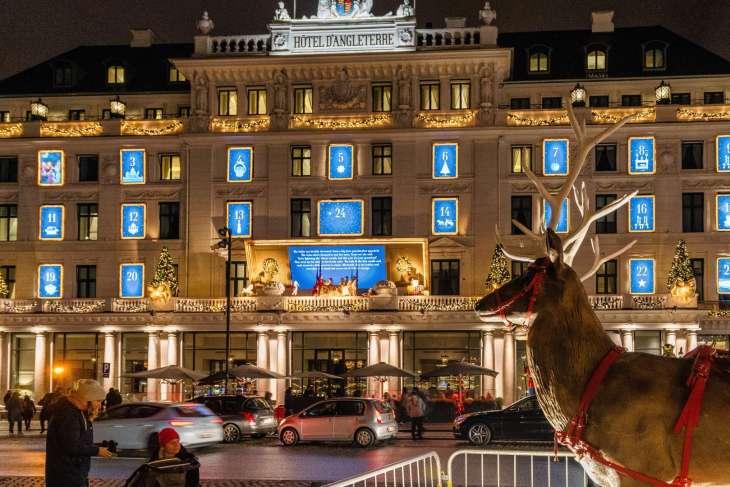 Copenaghen la fiabesca facciata dell'Hotel d'Angleterre decorata per Natale