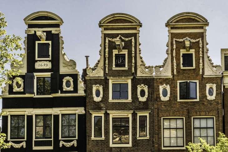 la particolarità delle case lungo i canali di Amsterdam