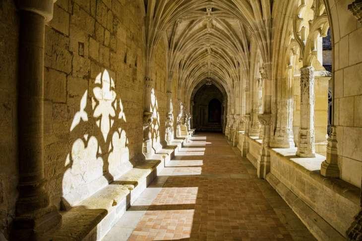le colonne splendidamente intarsiate del chiostro dell'abbazia di Caduin