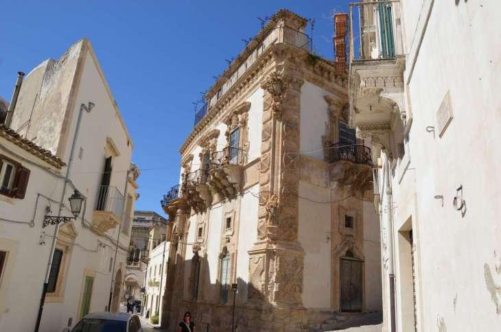 i palazzi di Scicli sono decorati con fregi su tutta la facciata