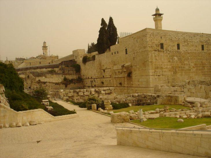 Pregare al  muro del pianto di Gerusalemme