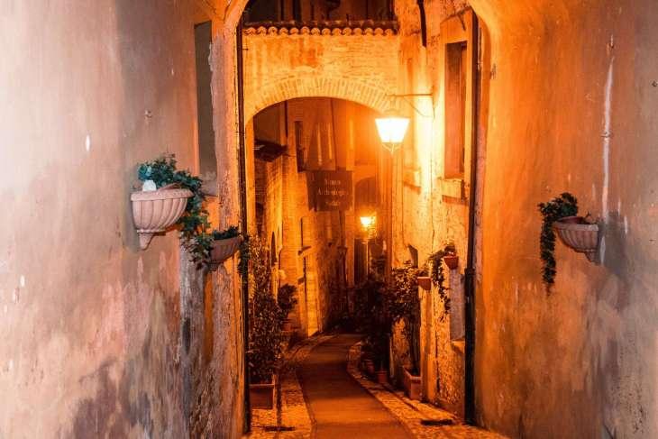 un vicolo di Spoleto alla luce dei lampioni