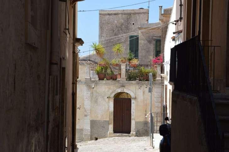 Una storia semplice che è in realtà complicatissima: il giallo siciliano di Sciascia