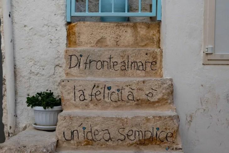 Polignano a Mare, la poesia è scritta sui muri