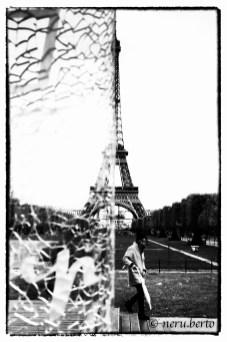 Torre Eiffel foto artistica con vetrata davanti a metà