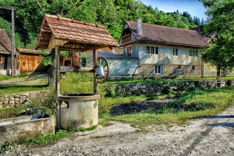 Moldavia case campagna con pozzo