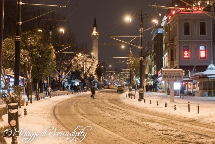 Istanbul di notte con la neve