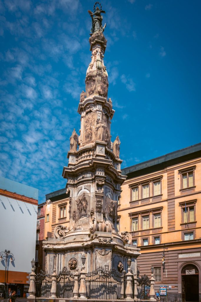 obelisco di piazza del gesù ai decumani