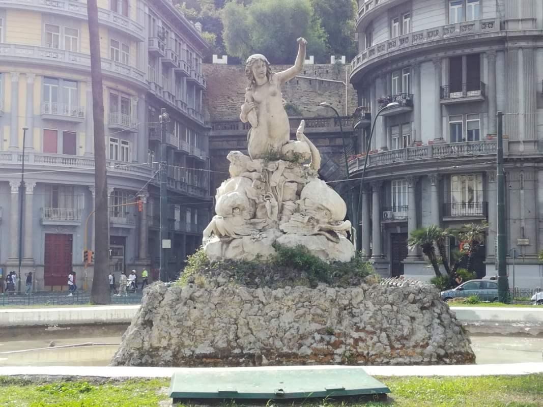 Sirena Partenope statua Piazza Sannazzaro