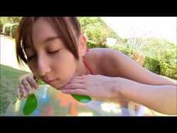 飯田里穂 赤いビキニで動きまくっておっぱい揺れまくり