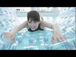 竹富聖花 競泳水着でボディボード