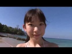 長澤茉里奈 青白ビキニで、海岸ではしゃいでおっぱい揺らす