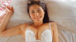 橋本マナミ ベッドで白下着で悶える