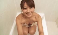 安枝瞳 お風呂でノーブラの谷間見せながら上目遣いで下半身洗ってくれる