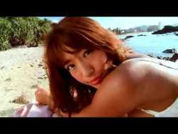 橋本梨菜 エロ水着で海の岩場でポーズ