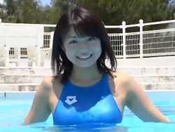中村静香 水色競泳水着でプールでむっちりボディライン見せつける