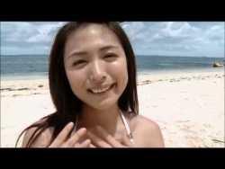 川村ゆきえ 白いビキニでビーチバレー