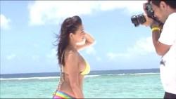篠崎愛 ビーチでカラフルなビキニ着てグラビア撮影