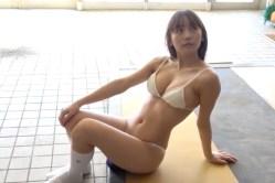 浅川梨奈 学校でビキニ姿でグラビア撮影