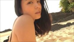 川村ゆきえ 夕暮れのビーチでセクシーに迫ってくる