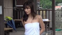 小倉優香 スレンダー巨乳の美女がエロい表情でグラビア撮影