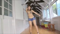橋本梨菜 ヒョウ柄ビキニで学校の廊下で激しく踊る