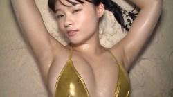 星名美津紀 夕暮れのビーチで光沢金色ビキニで激しくダンス