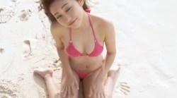 大澤玲美 ビーチでビキニで元気よく動き回る