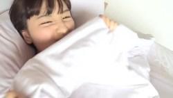 浅川梨奈 ビキニ姿の可愛い彼女とベッドでいちゃつく