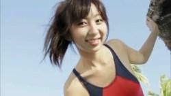 飯田里穂 競泳水着でリゾートビーチで素敵な笑顔でくつろぐ