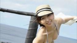 飯田里穂 海の見える高台でスレンダーな身体見せながら笑顔でポーズ