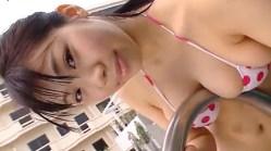 鈴木ふみ奈 可愛いビキニで巨乳を手すりに押し付けたり揺らしたり