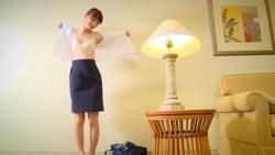 内田理央 美人なCAがホテルで制服脱いで白ランジェリーで誘惑してくる