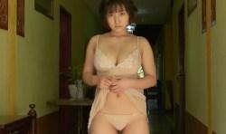 紗綾 ネグリジェ姿で色気全開でむっちりボディ見せつけるセクシーシーン