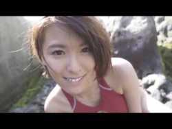 奈月セナ 赤いエロ競泳水着で岩場の裏で大胆に誘惑してくる