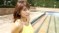 久松郁実 美しい彼女がリゾートプールで楽しそうに遊ぶ