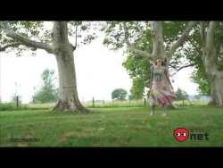 小倉優香 海外の豪邸や街で色っぽくカメラ前でポーズとりながらグラビア撮影