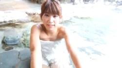 久松郁実 美少女がタオル一枚で温泉でくつろぐ