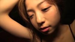 中村静香 夜のベッドで赤いセクシーランジェリーで色気全開で誘惑してくる美女