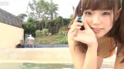 篠崎愛 ツインテール巨乳美少女がプールでビキニ姿でかわいらしく遊ぶ