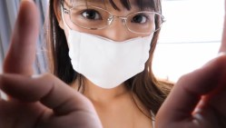 新田ゆう 眼鏡にマスク姿の美少女がベッドで小さめビキニになって大胆に誘惑してくる