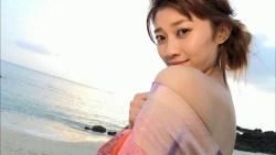 原幹恵 夕暮れのビーチで浴衣を色っぽく脱ぎながらエロい身体見せながら誘惑