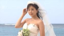 川村那月 セクシーウェディングドレス着てビーチでポーズ