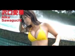 沢口愛華 色んな水着で豊満な身体見せながら多彩な表情でグラビア撮影