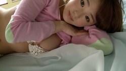 篠崎愛 ドット柄ビキニで色気見せながらベッドで無邪気にくつろぐ
