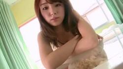篠崎愛 豊満な身体見せつけながらドット柄のビキニでベッドでくつろぐ