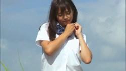 篠崎愛 巨乳JKが制服脱いでビーチで白ビキニで動き回る