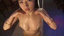 永井里菜 ゴールド光沢ビキニで身体濡らしながらおっぱい揺らしながらエロダンス