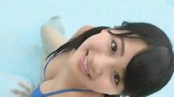 平嶋夏海 ツインテールに青ビキニでプールに入りながら谷間を笑顔で見せつける