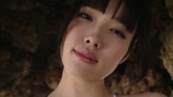 今野杏南 白いハイレグ水着で色っぽい表情でセクシーポーズ